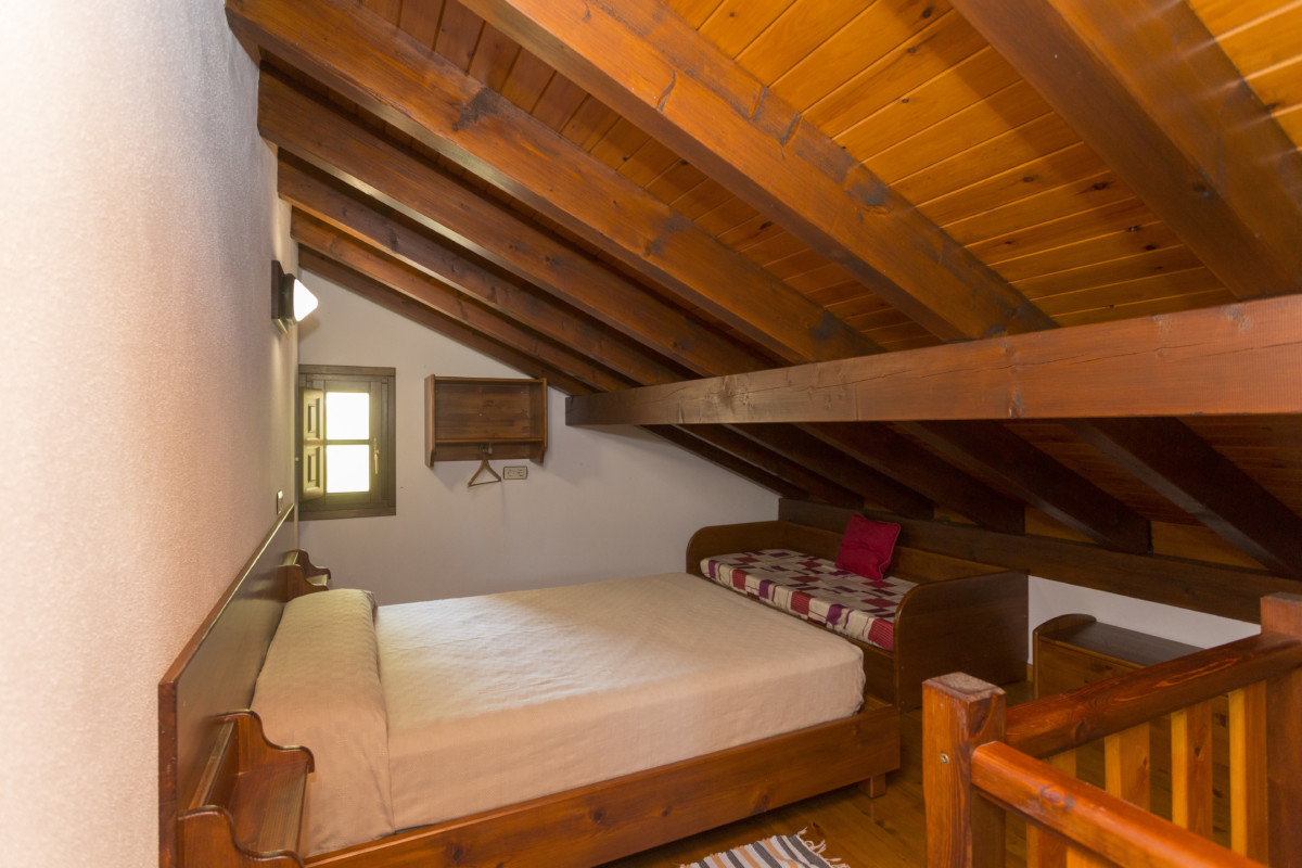 Lateral Coutry House Room